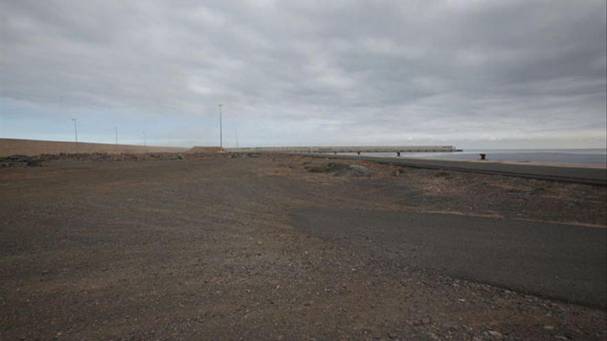 Muelle desde la playa aledaña. (QUIQUE CURBELO)