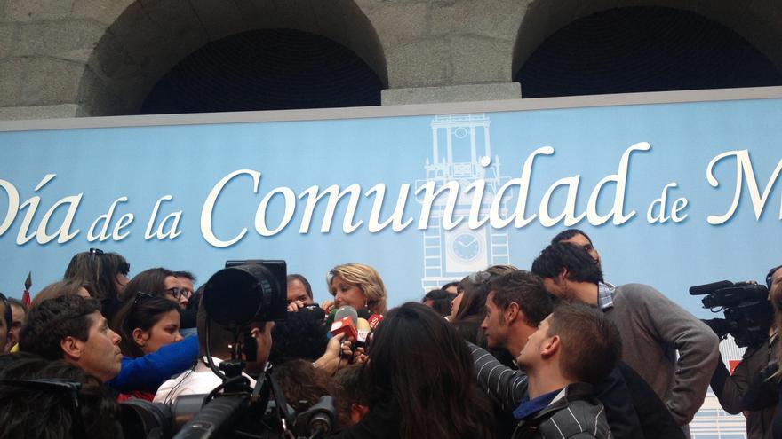 Esperanza Aguirre, rodeada de periodistas, en su primer acto conmemorativo del Dos de Mayo como expresidenta de la comunidad / I.C.