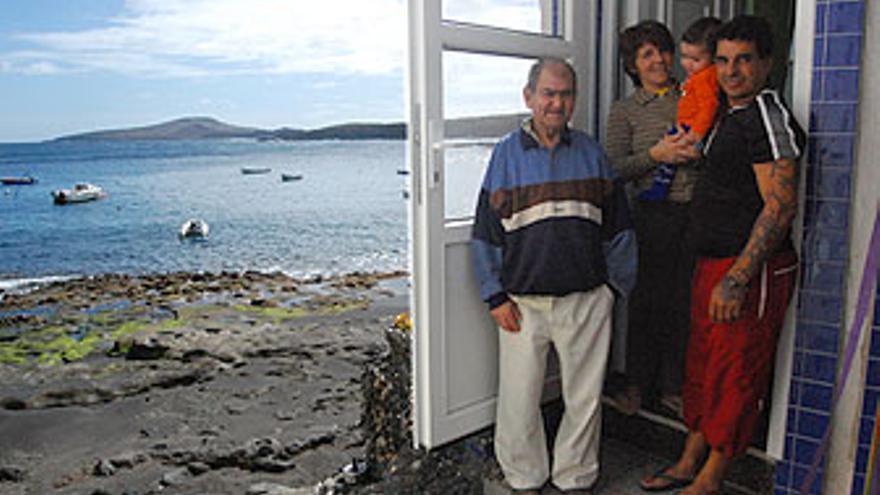 Andrés, el 'abuelo' de Tufia, junto a sus vecinos, Anette y Juan Francisco con su hijo. Vista del poblado de Tufia. Casa afectada en Ojos de Garza. Vivienda precintada por una orden de derribo. (L.J.V.)