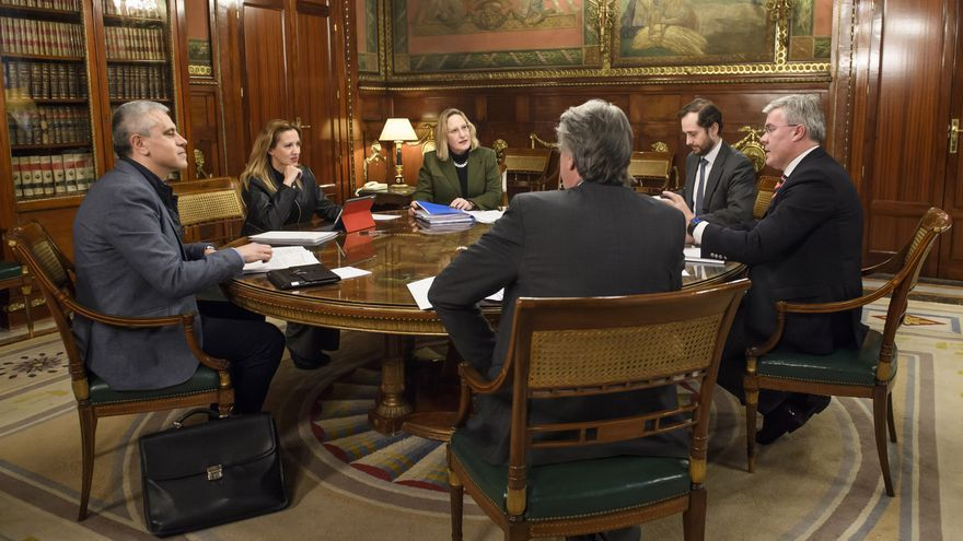 Integrantes de la mesa negociadora de este lunes, con los canarios Fermín Delgado (NC), Rosa Dávila y María Jesús Varona (Gobierno de Canarias y CC)