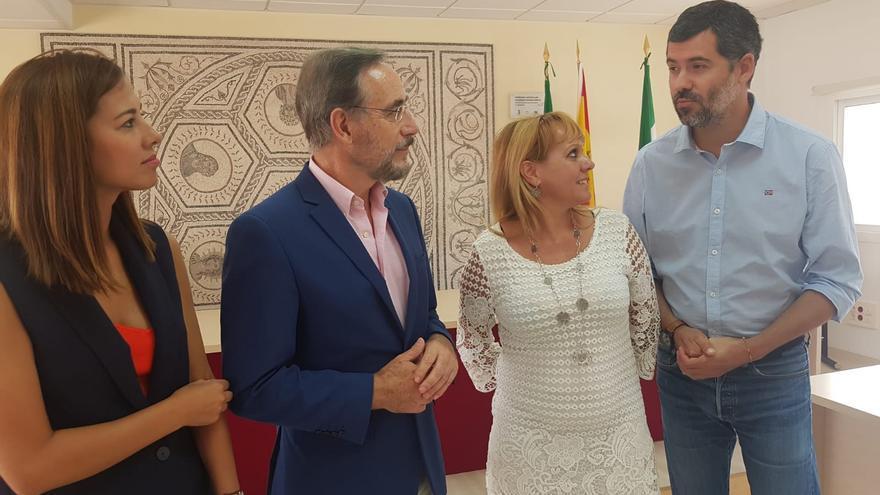 El Consejero de Fomento y Vivienda Felipe López anuncia la compra de viviendas en Santiponce.