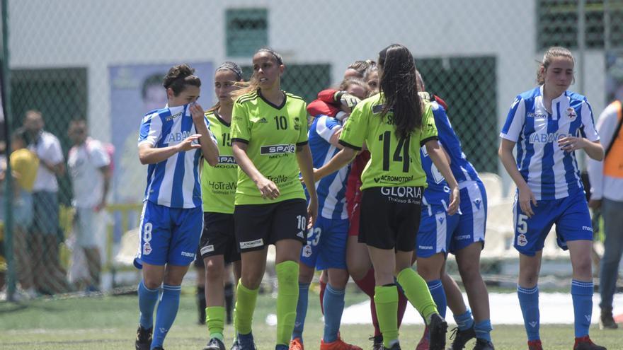 Las jugadoras del Femarguín y RC Deportivo, una vez concluido el choque