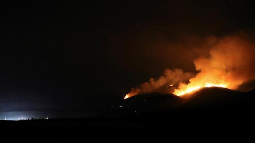 El viento aviva un incendio próximo al monasterio de Montefaro (Ares)