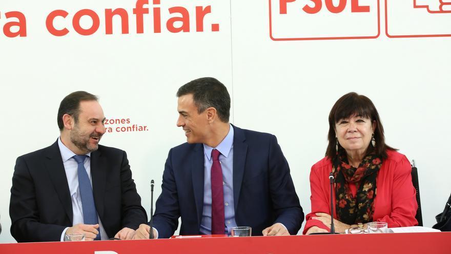 Pedro Sánchez junto a José Luis Ábalos y Cristina Narbona durante la Ejecutiva del PSOE.