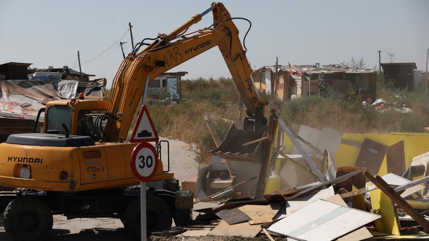 Una excavadora derriba el poblado de El Gallinero.