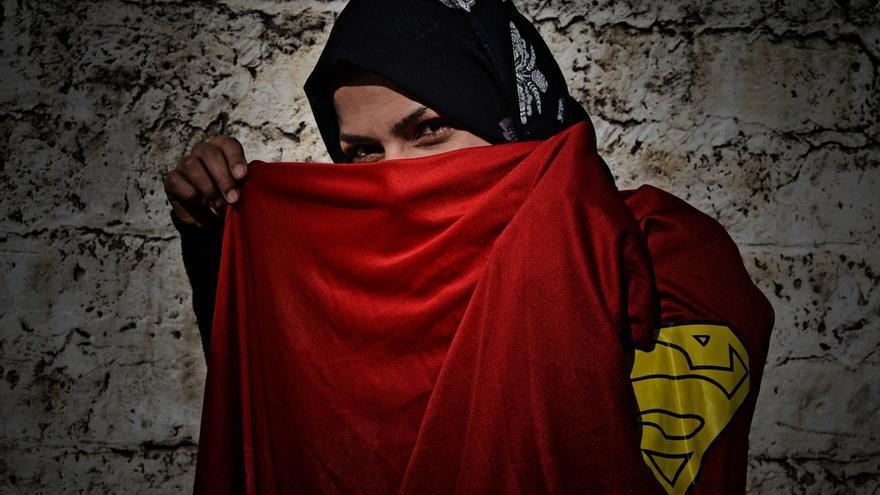 """Nema de 34 años, es enfermera y trabaja en una de las clínicas de MSF en la Franja de Gaza. Perdió su casa durante el último conflicto: """"Trabajo como enfermera y me encanta lo que hago, sobre todo trabajar con niños. Mis compañeros de trabajo me apodan 'analgésico', porque intento evitar cualquier dolor a los niños"""". Fotografía: Ovidiu Tataru."""