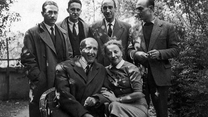 Vicente Aleixandre (sentado), en Velintonia junto a Concha Lagos, Medardo Fraile, Claudio Rodríguez, Carlos Bousoño y José Hierro