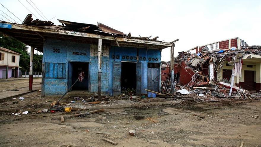 Especialistas venezolanos rescatan anciano de ruinas de terremoto en Ecuador