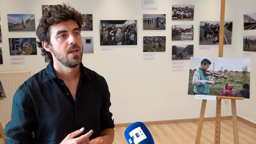 """Fotógrafo español plasma la """"crudeza"""" de la migración con su obra en Bruselas"""