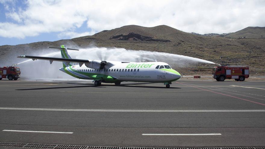 El avión fue bautizado en el Aeropuerto de El Hierro.