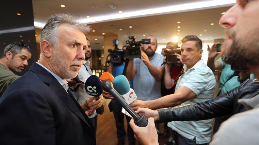 Ángel Víctor Torres, a su llegada al hotel donde se reunirá con el resto de partidos para negociar un pacto de gobierno