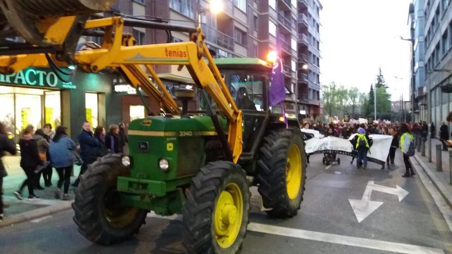 Varios tractores abrieron la manifestación feminista en Vitoria