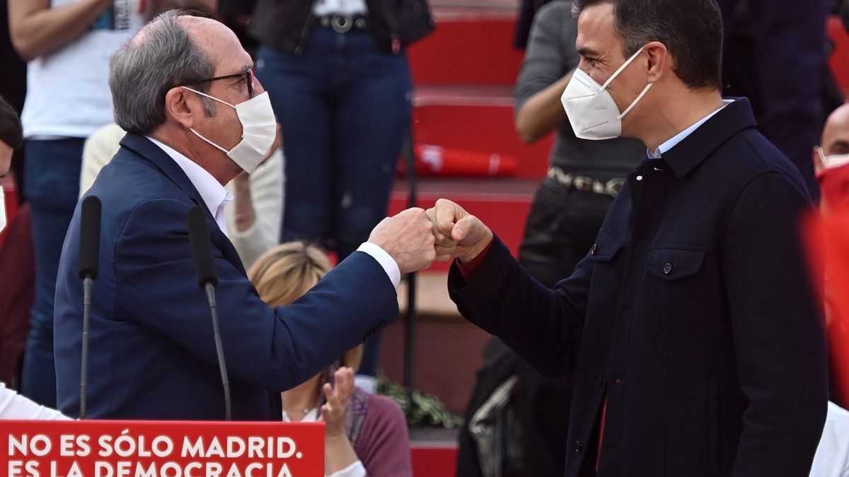 Pedro Sánchez y Ángel Gabilondo en el acto de cierre de campaña del PSOE en Entrevías este domingo.