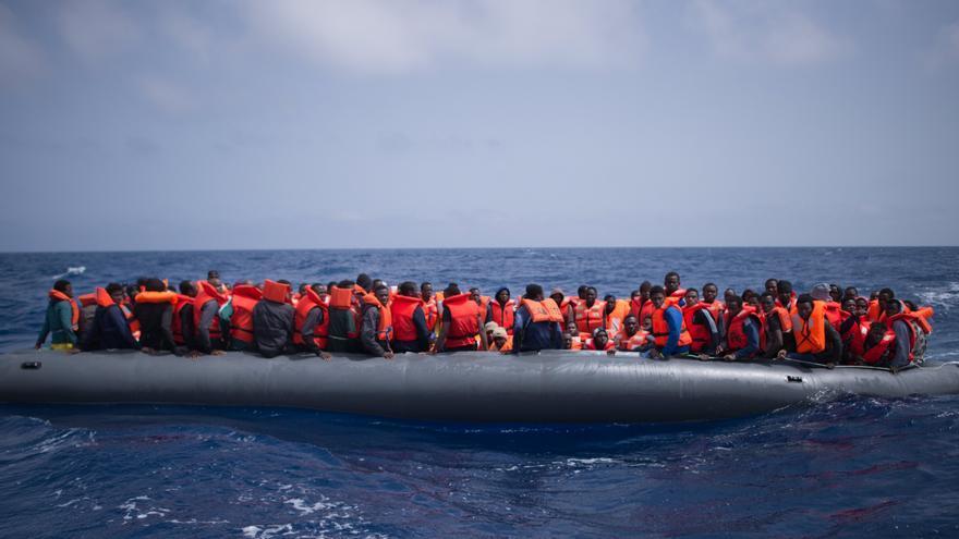 Casi un millar de personas interceptadas frente a Libia, récord en un día