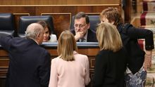Imagen de archivo de Mariano Rajoy, en el Congreso, rodeado de Fátima Báñez, Jorge Fernández Díaz, Soraya Sáenz de Santamaría,Ana Pastor y Celia Villalobos, en 2016.