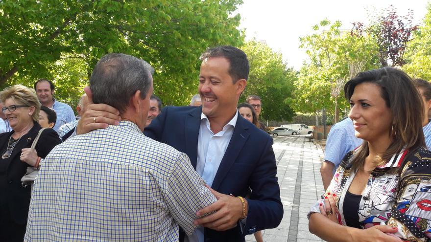 Carlos Velázquez saluda a simpatizantes y afiliados del PP