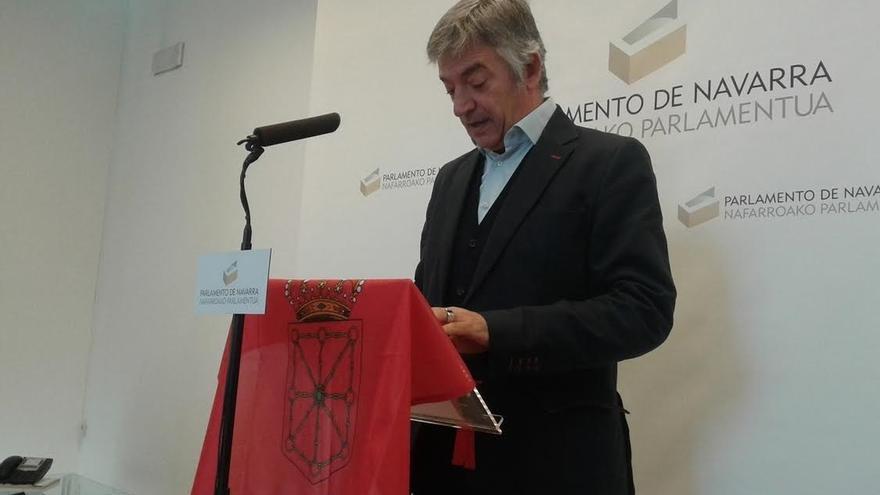 """Koldo Martínez exhibe la bandera de Navarra en el Parlamento porque """"la siento como muy propia"""""""