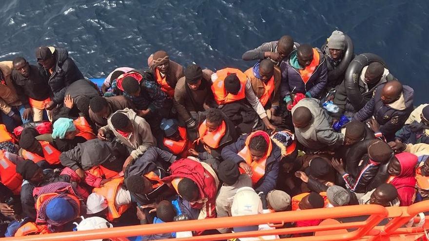 Rescate de una de las pateras interceptadas este sábado en la costa andaluza. (Salvamento Marítimo)