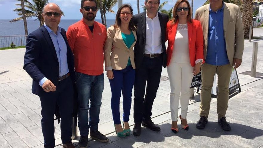 El portavoz de CC en Los Llanos, Pío Manuel Lorenzo (derecha) y otros miembros el grupo con el presidente del Gobierno de Canarias, la consejera de Política Territorial y el director general de Ordenación del Territorio, en el paseo de Puerto Naos.
