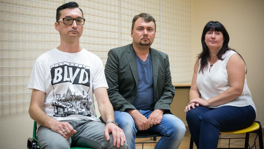 Mijail, Aleck, rusos, y Vitalina, ucraniana, en la Casa de las Culturas de Zaragoza.
