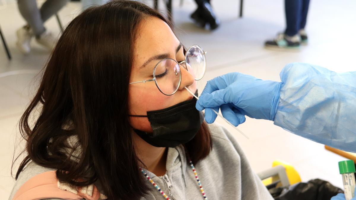 Una estudiante se somete a una prueba PCR