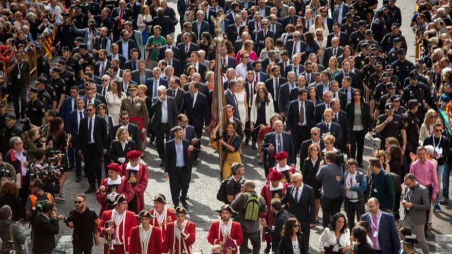 La Procesión Cívica a su salida del Ayuntamiento de Valencia.