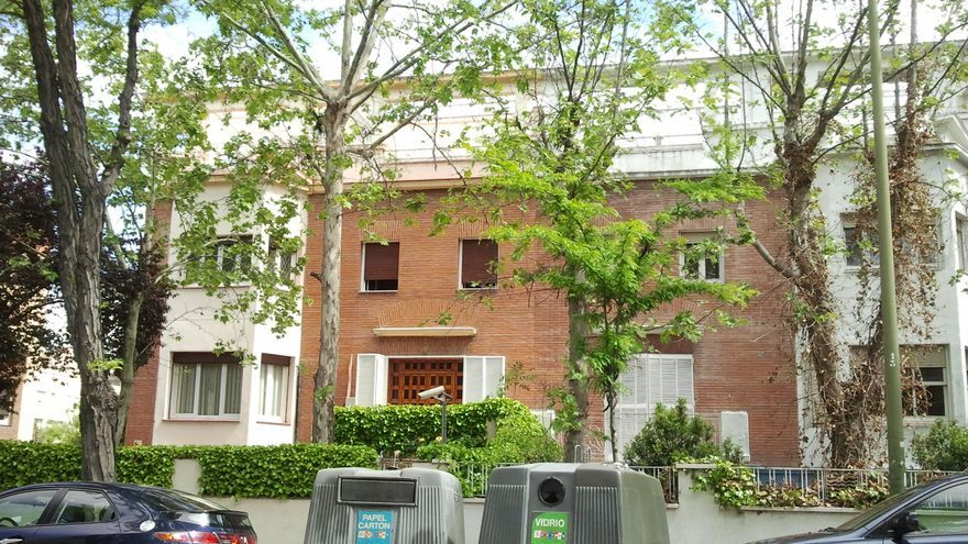 El chalé, vigilado por cámaras de seguridad, que es sede de Heraldos del Evangelio y comedor privado de la asociación S.O.S, en el lujoso barrio de El Viso (Madrid). Familia. Foto: E.C.