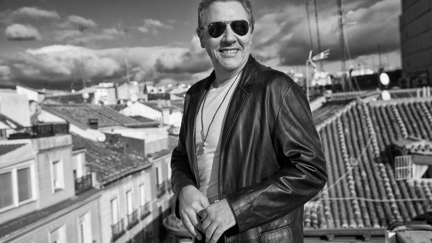 Carlos Goñi, en una imagen promocional del nuevo disco de Revólver, 'Babilonia'.