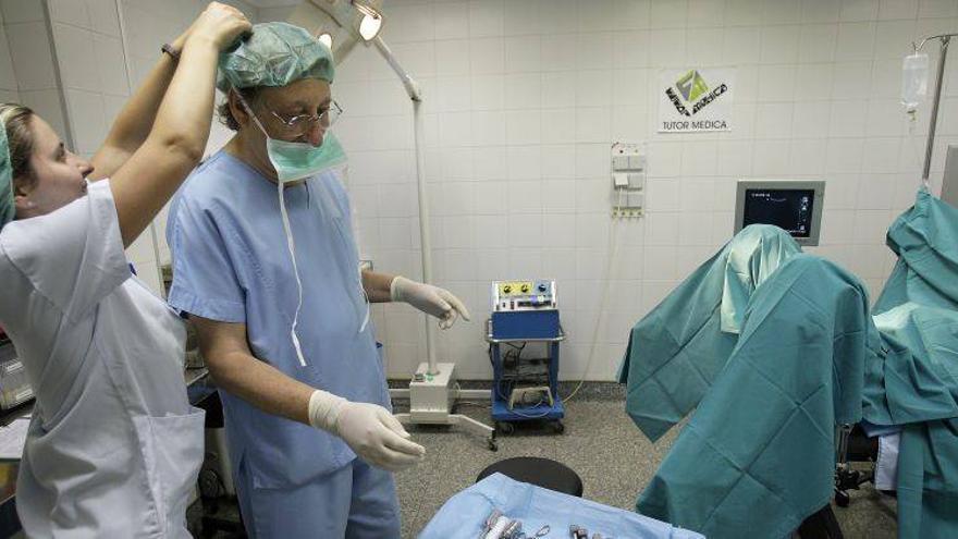 Un equipo médico se prepara para practicar un aborto quirúrgico / El Periódico