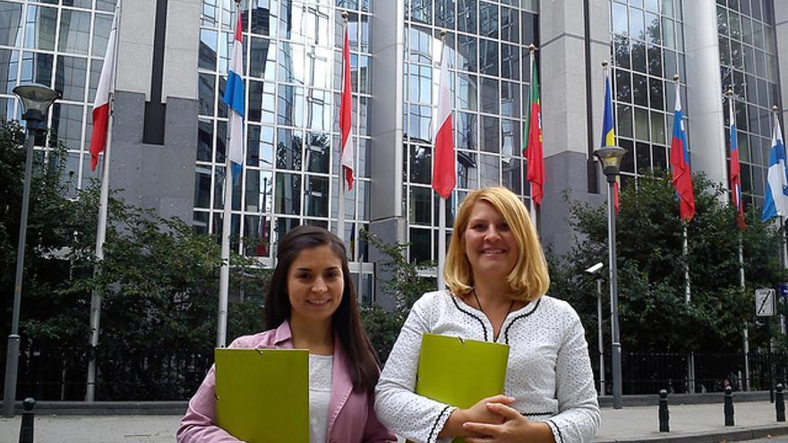 Laura Duarte y Silvia Barquero, del Partido Animalista, ante el Parlamento Europeo. Foto: Pacma