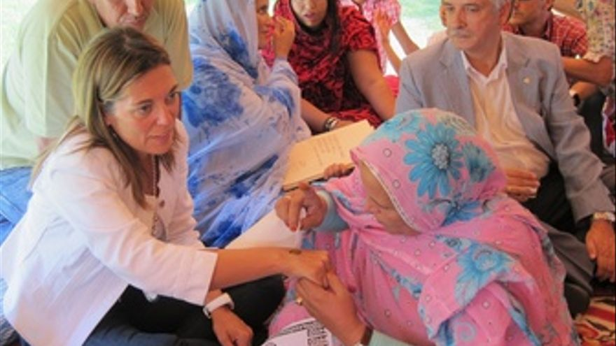 Una Mujer Saharaui Hace Un Tatuaje De Jena A Marcos
