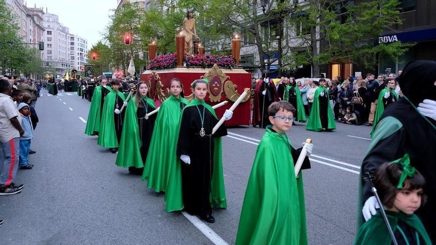 Mil cofrades participan en la procesión del Santo Entierro en Santander