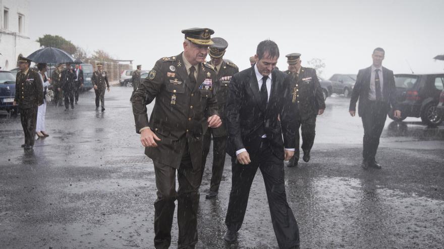 El presidente del Gobierno de Canarias, Fernando Clavijo, durante el acto de despedida de 600 militares destinado al Líbano en Las Palmas de Gran Canaria.