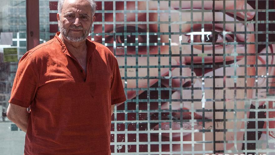Posado de Julio Anguita en la plaza de la Corredera | MADERO CUBERO