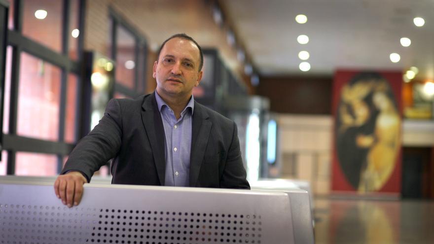 El candidato de Podem a la Generalitat posa en el recibidor de la facultad de Derecho