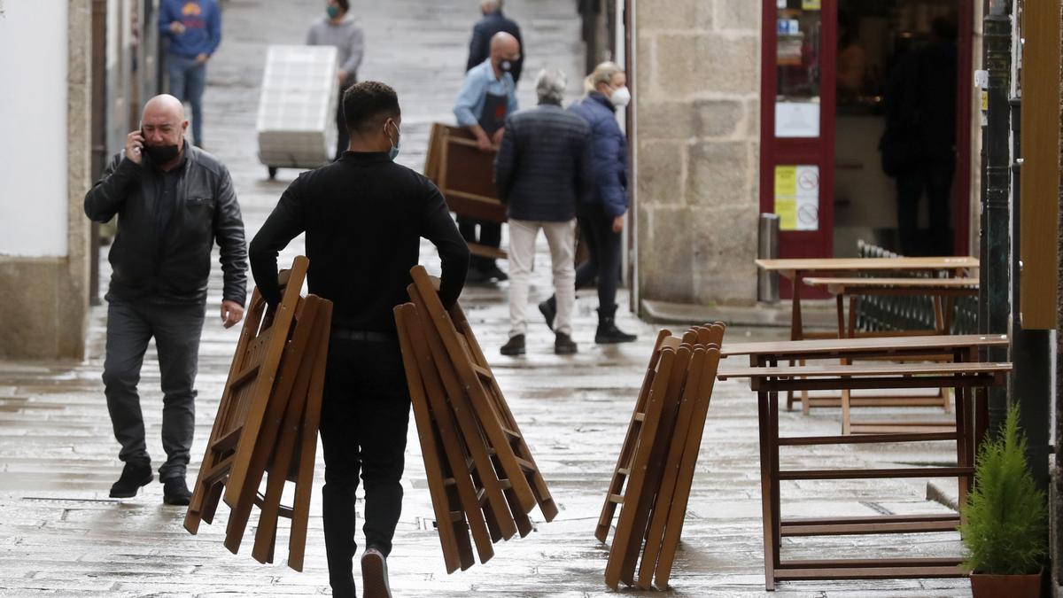 Un camarero monta una terraza en una calle de Santiago de Compostela. EFE/Lavandeira jr/Archivo