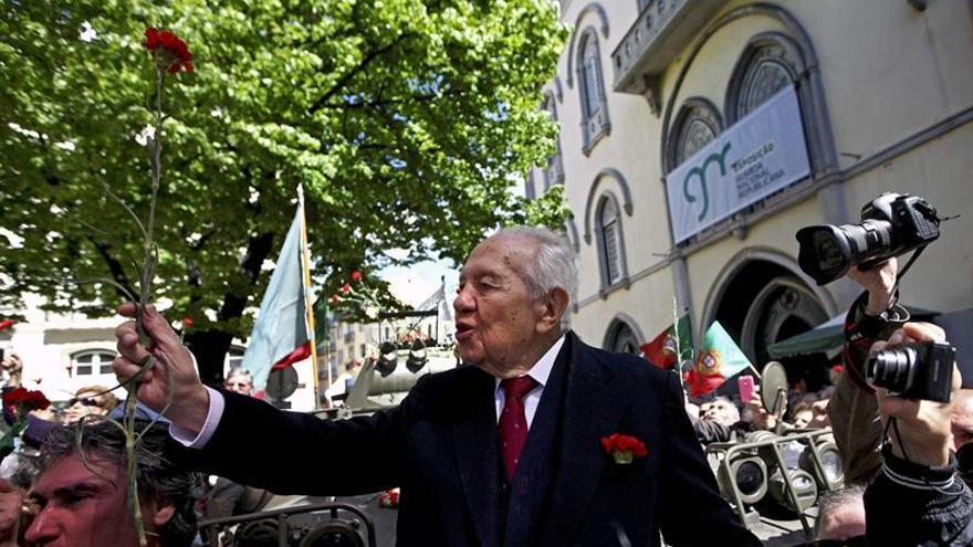 """El expresidente luso Soares continúa """"muy crítico"""" y está en coma profundo"""