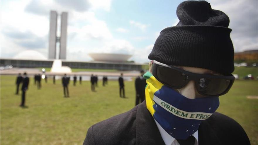 """Protesta anticorrupción en Brasilia exige que los políticos """"se quiten las máscaras"""""""