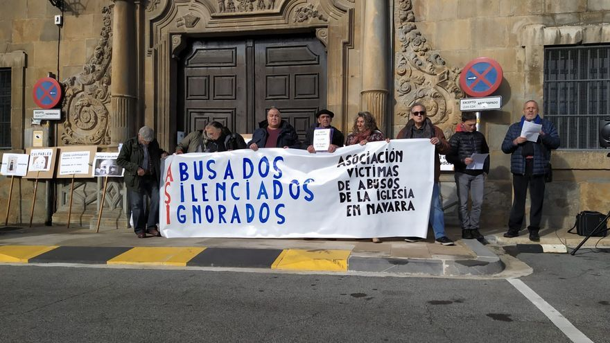 Imagen de los convocantes durante la manifestación que ha tenido lugar frente al Arzobispado de Pamplona