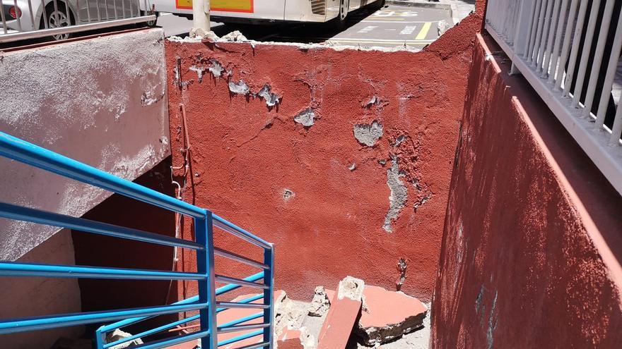 Estado en el que quedó el muro tras el impacto con la guagua.