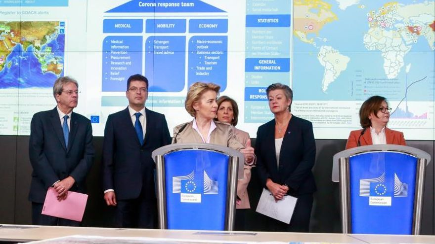 La presidenta de la CE, Ursula von der Leyen, junto a los comisarios implicados en la lucha contra el coronavirus.