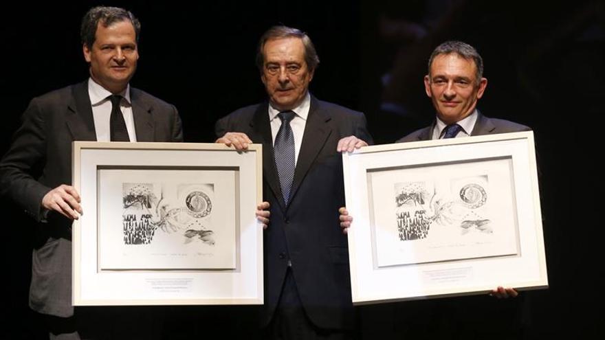 Sergio Jaramillo (izquierda) y el asesor de la FARC Enrique Santiago recogen el premio de manos del alcalde de Gernika.