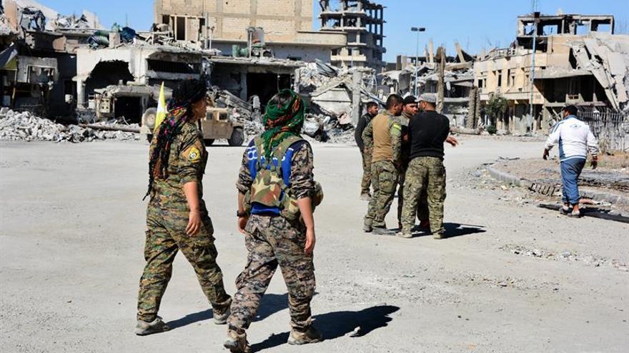 Las FSD adelantan al Ejército sirio y toman del EI importante pozo petrolero