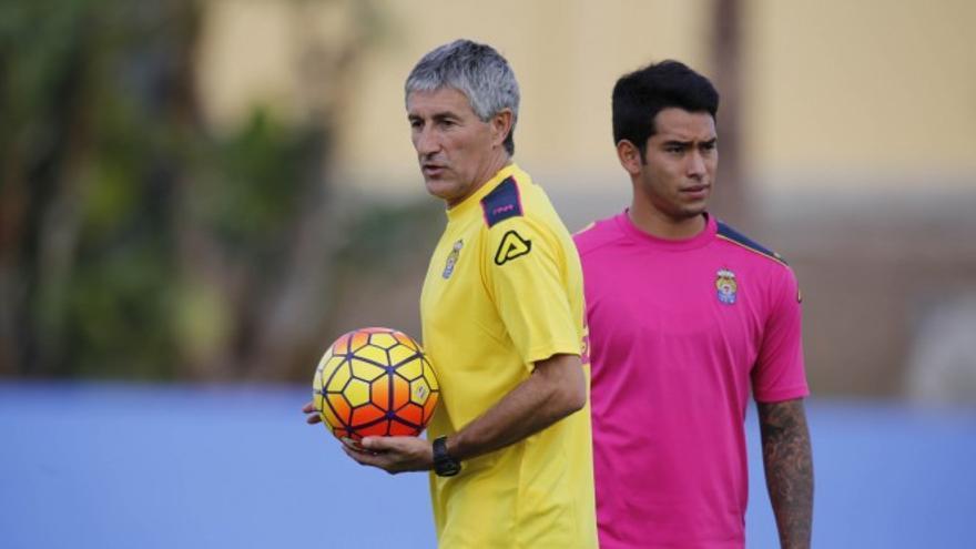Quique Setién y Sergio Araujo durante el primer entrenamiento del técnico al frente de la UD en Maspalomas. (twitter oficial udlaspalmas.es)