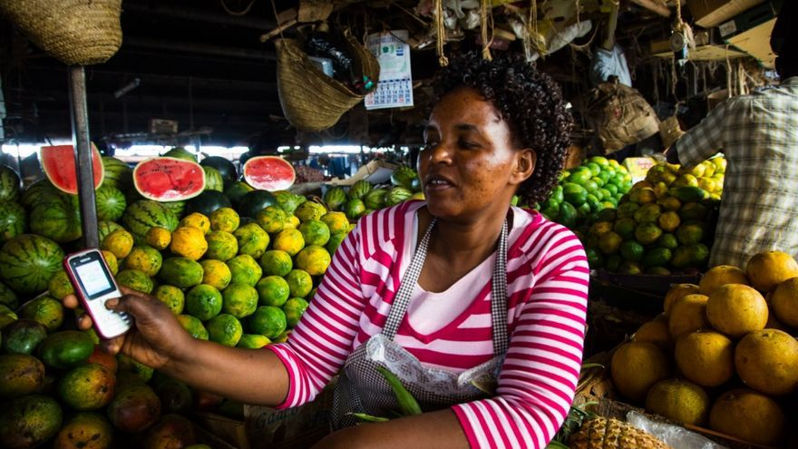 Frutera de Nairobi muestra su teléfono/ Wikimedia