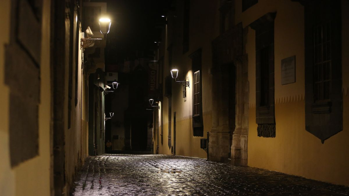 Calle a oscuras en Vegueta, en Las Palmas de Gran Canaria. (ALEJANDRO RAMOS).