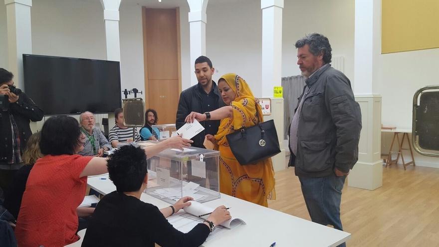 López de Uralde (Unidos Podemos) acompaña a un concejal que cede su papeleta a una persona sin derecho a voto