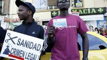 Imagen de archivo. Dos personas protestan contra la exclusión sanitaria.