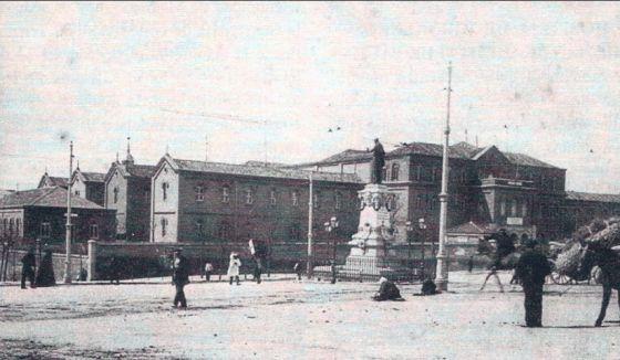 La glorieta con la estatua de Lope de Vega y el hospital de la Princesa | http://www.flickr.com/photos/nicolas1056/5161398785/