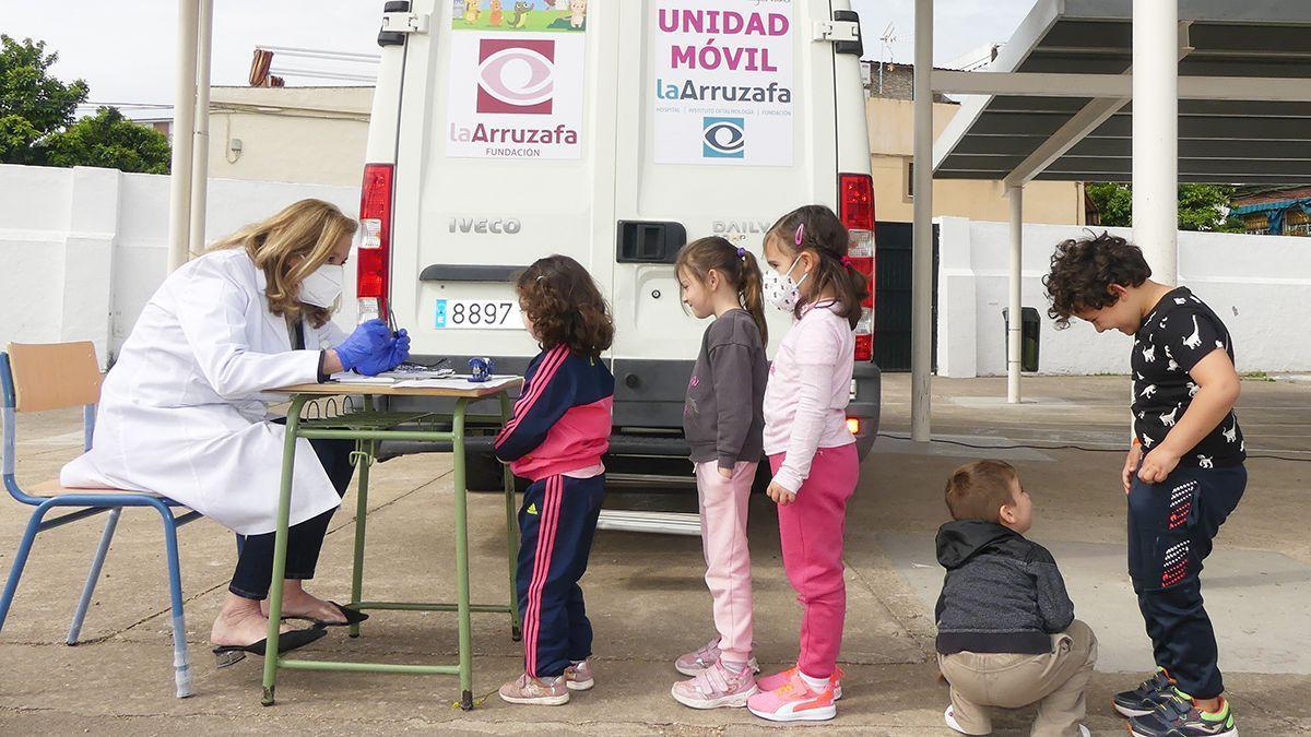 Campaña oftalmológica de la Fundación La Arruzafa en colegios de Córdoba.